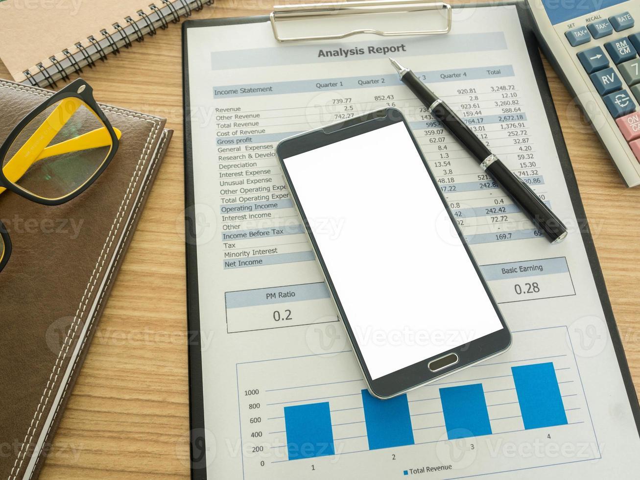 Smartphone auf dem Schreibtisch foto