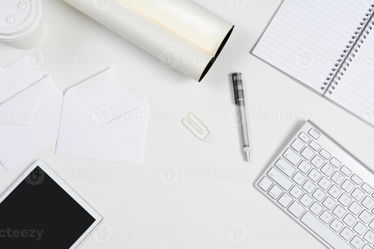 weißer Schreibtisch mit Tablet und Tastatur foto