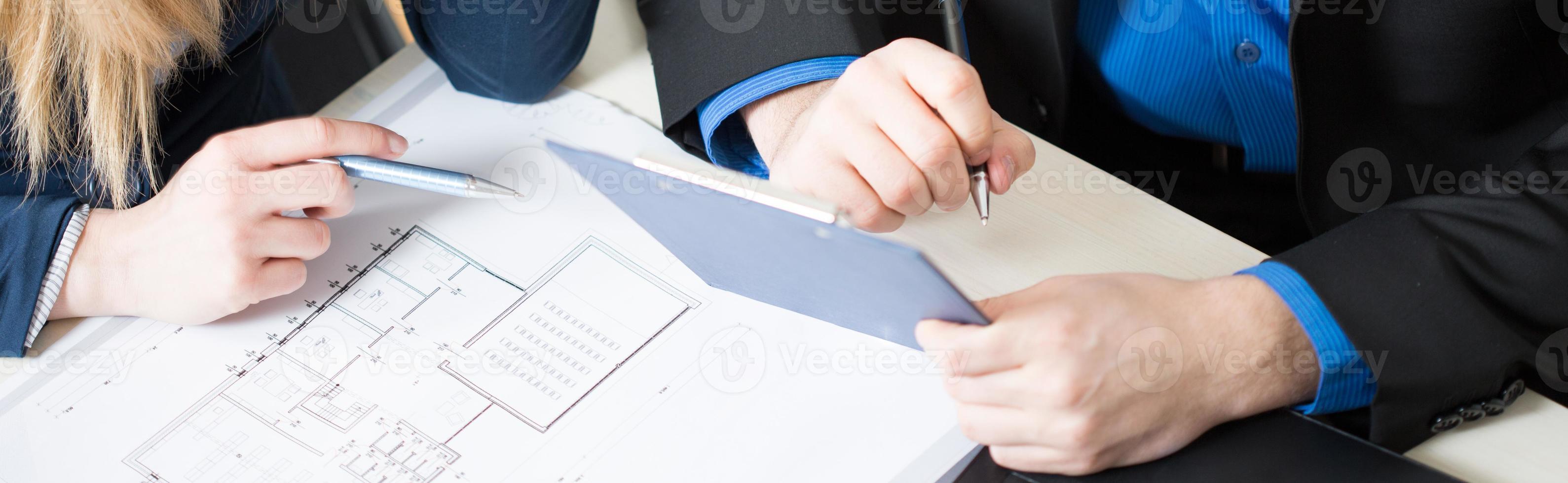Tablet und Projekt auf dem Schreibtisch foto