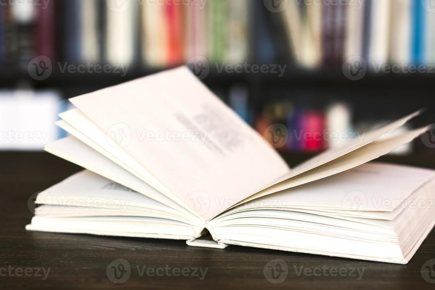 offenes Buch auf Holzschreibtisch. foto