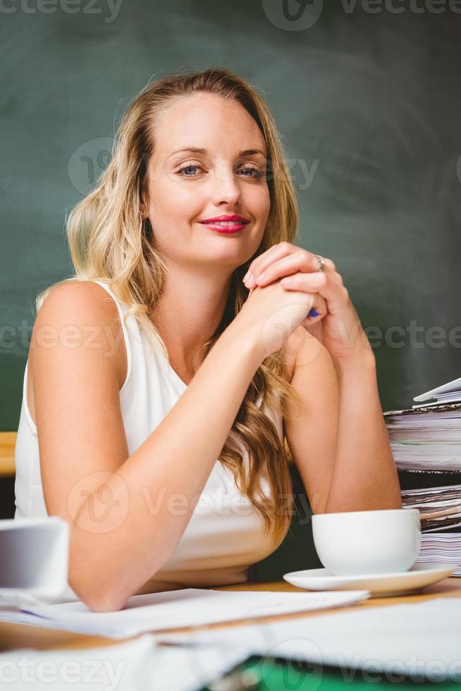 Porträt der schönen Geschäftsfrau am Schreibtisch foto