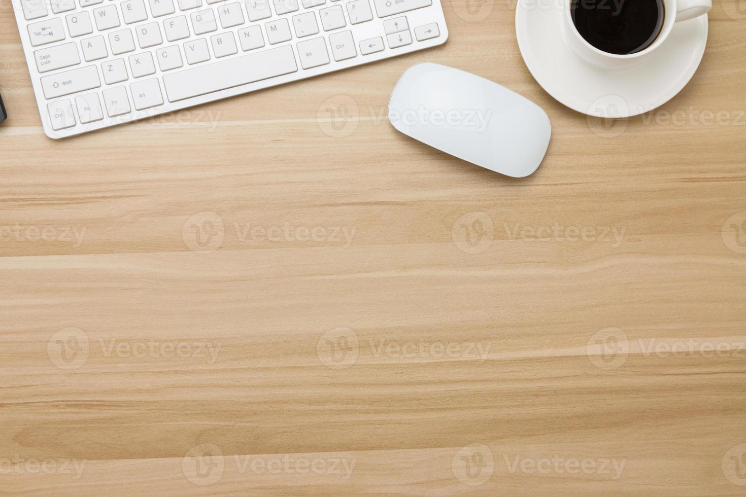 Büromaterial auf dem Holzschreibtisch foto