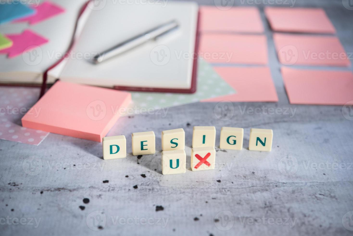 Designer-Schreibtisch mit wenigen Elementen foto