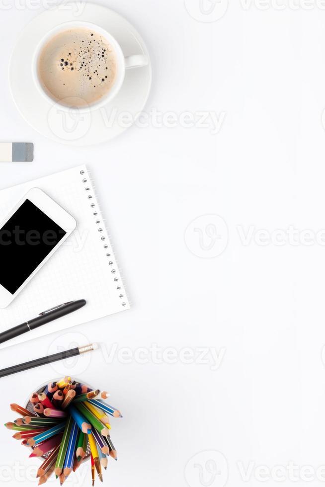 Schreibtisch Tisch mit Zubehör und Kaffeetasse foto