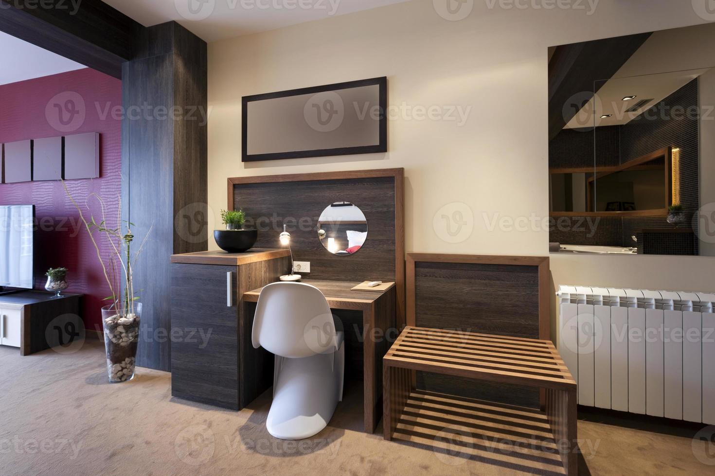Schreibtisch und Stuhl im Interieur eines Luxushotelzimmers foto