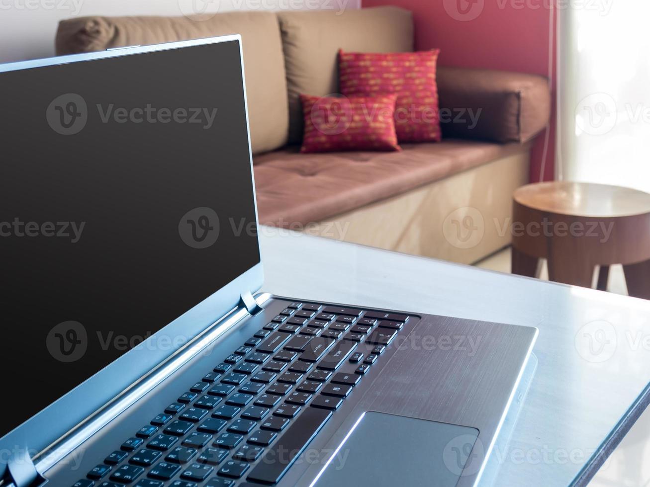 Öffnen Sie den Laptop mit leerem Bildschirm auf dem Desktop im modernen Büro foto