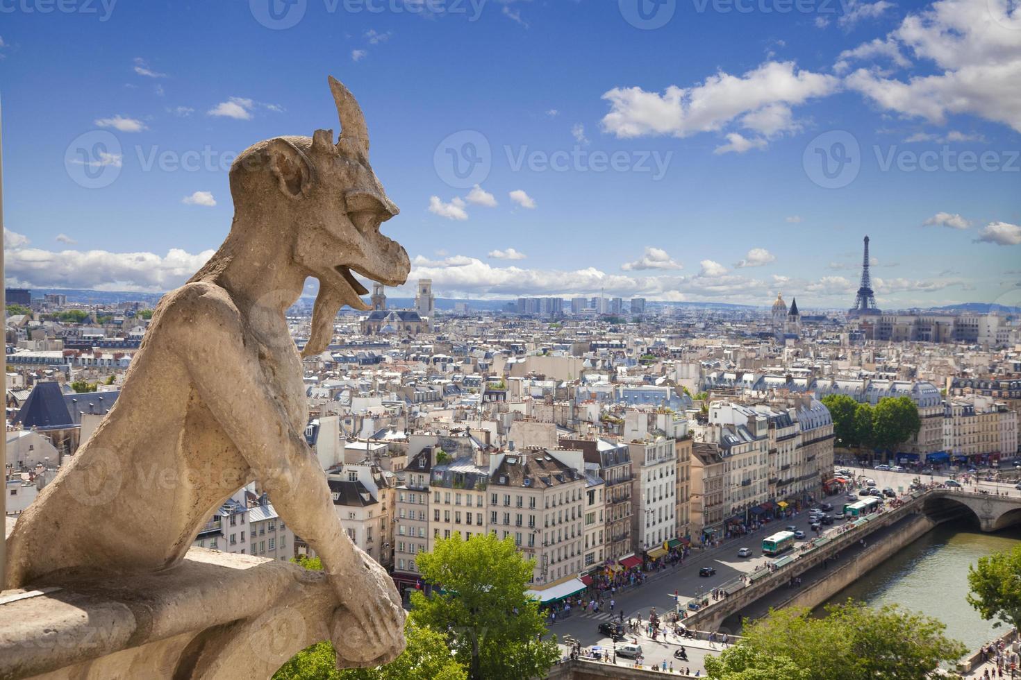 notre dame: Chimäre (Dämon) mit Blick auf die Skyline von Paris an einem Sommertag foto