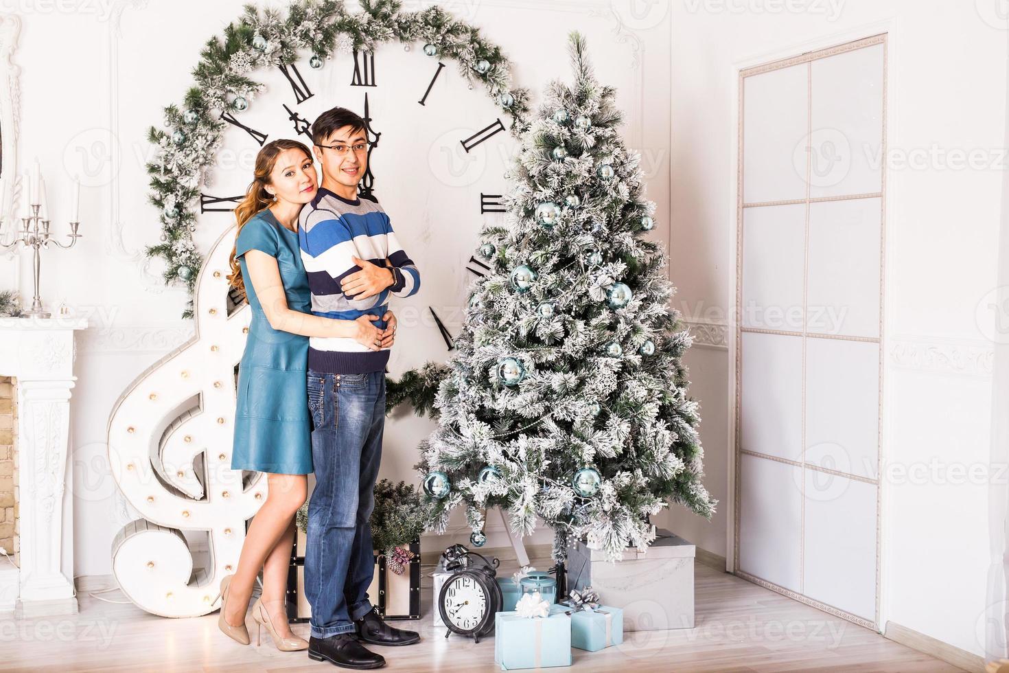 Weihnachtspaar.glücklich lächelnde Familie zu Hause feiern.neues Jahr foto