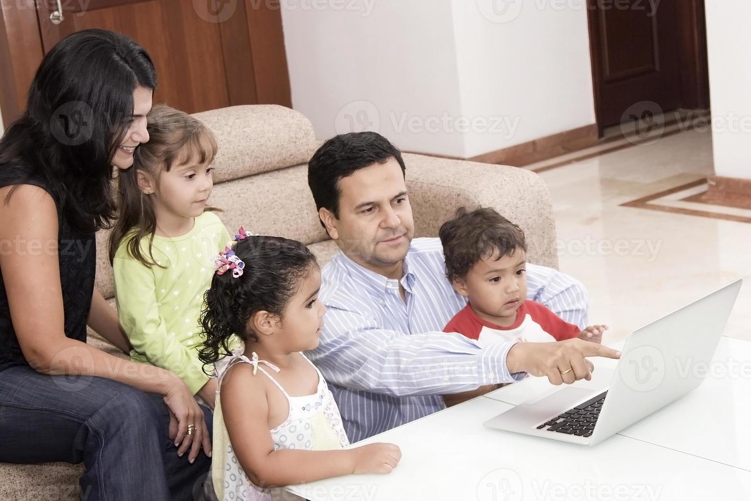 Mama und Papa genießen mit ihren Kindern foto