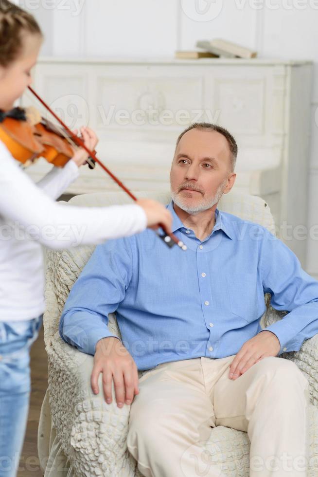 kleines Mädchen spielt Geige foto