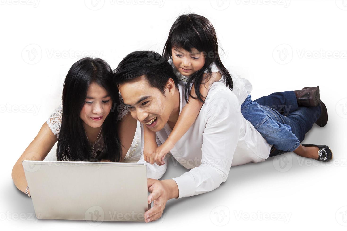 Familie mit Laptop auf dem Boden foto
