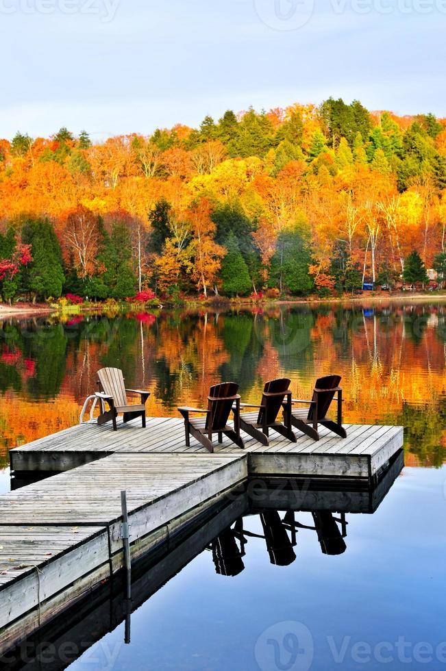 Holzdock am Herbstsee foto