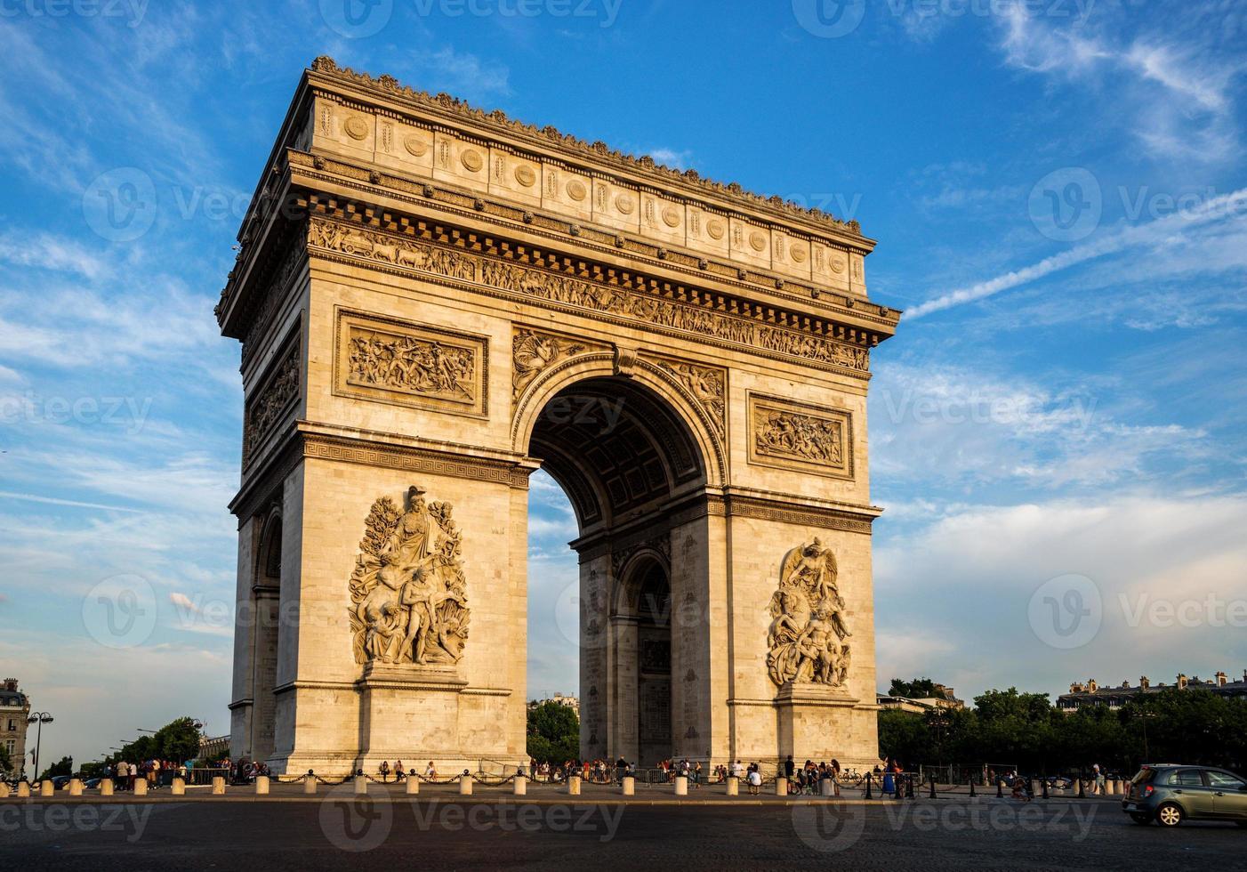 Triumphbogen (arc de triomphe) mit dramatischem Himmel foto