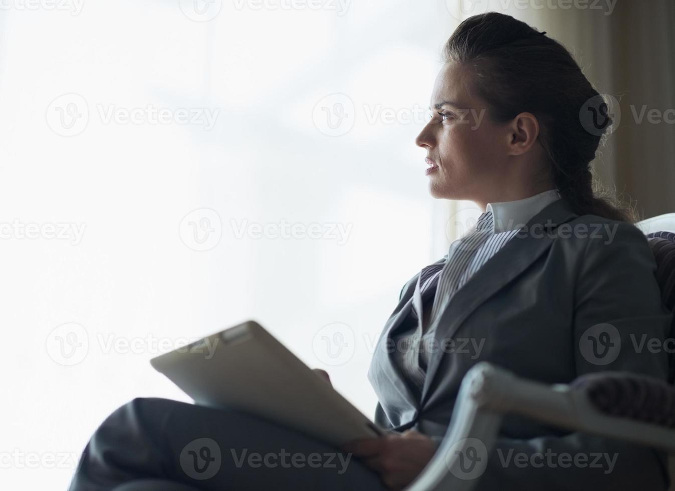 Silhouette der nachdenklichen Geschäftsfrau mit Tablette PC foto