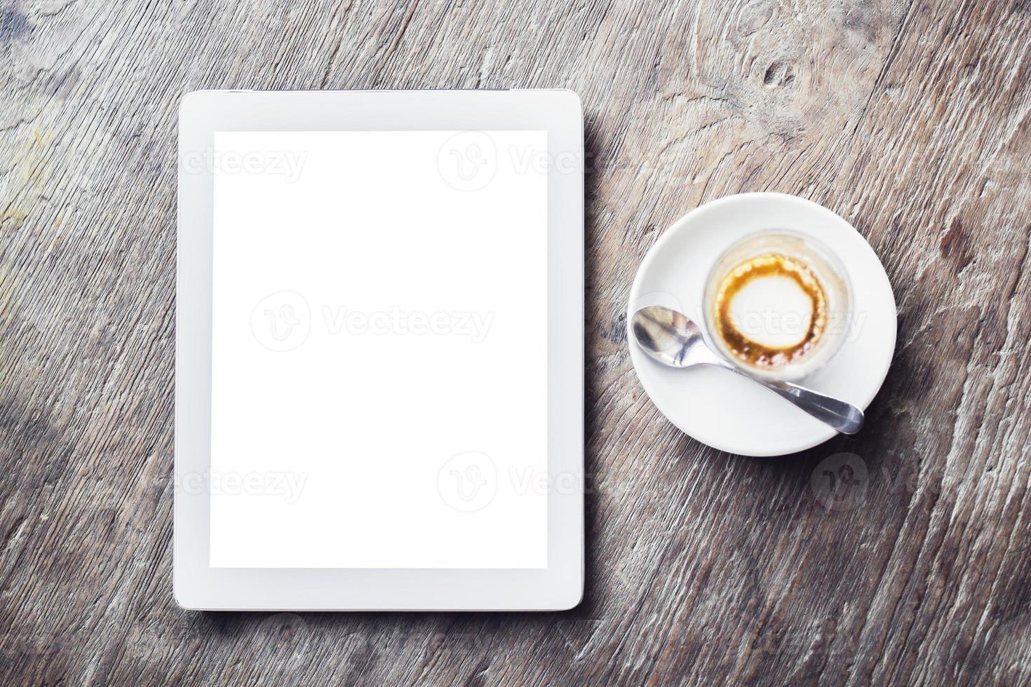 leere digitale Tablette mit Tasse Kaffee foto