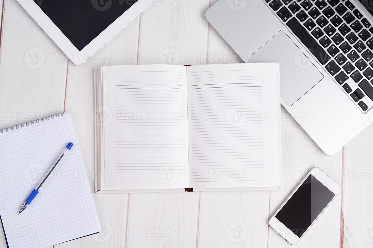 Arbeitsplatzgeschäft. leeres leeres Notizbuch, Laptop, Tablet-PC, Mob foto
