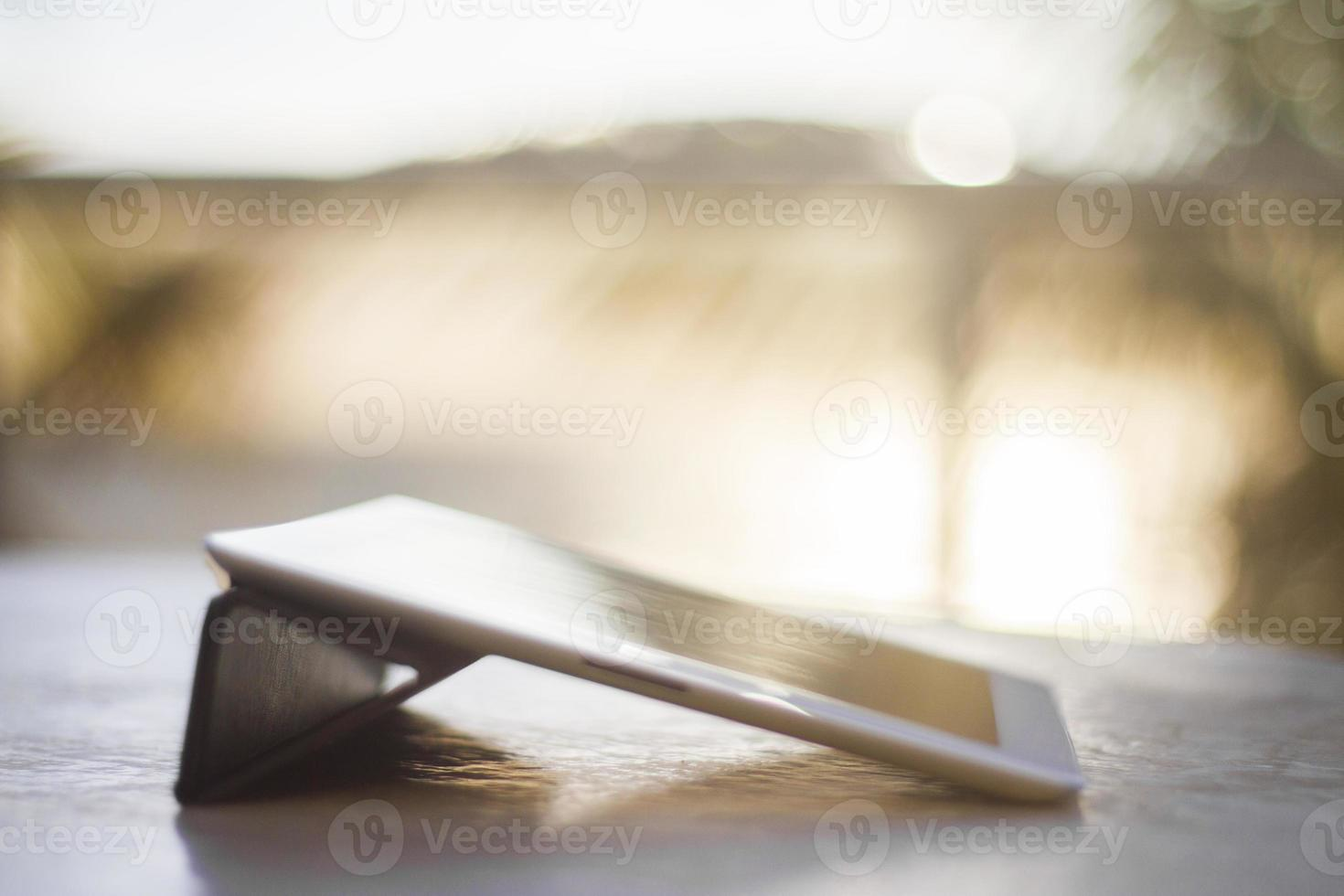digitales Tablet bei Sonnenaufgang foto
