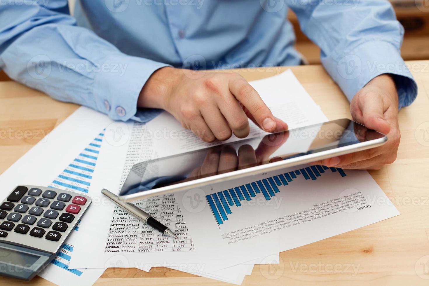 Investition mit digitalem Tablet foto