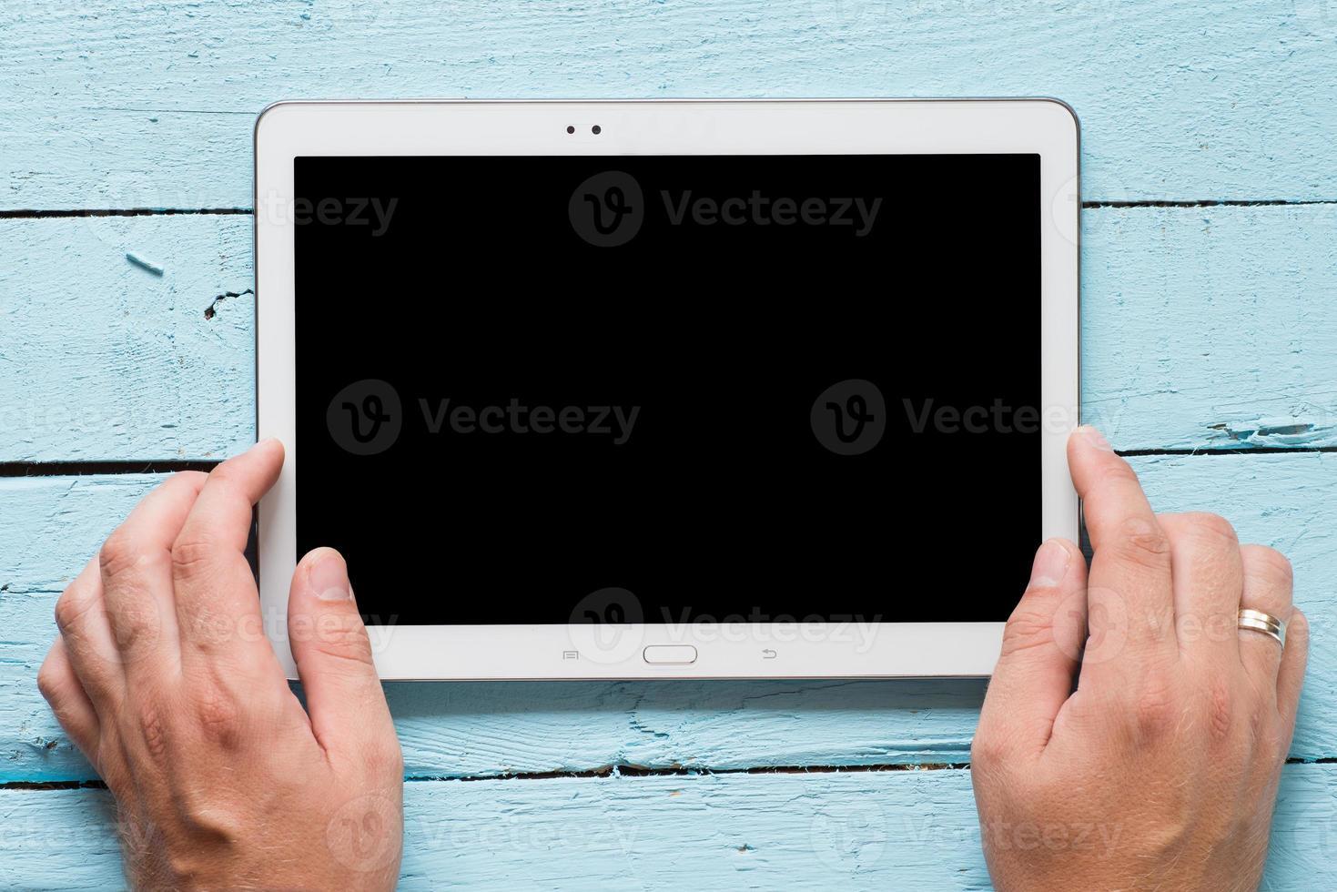 Hände halten Tablet-PC foto