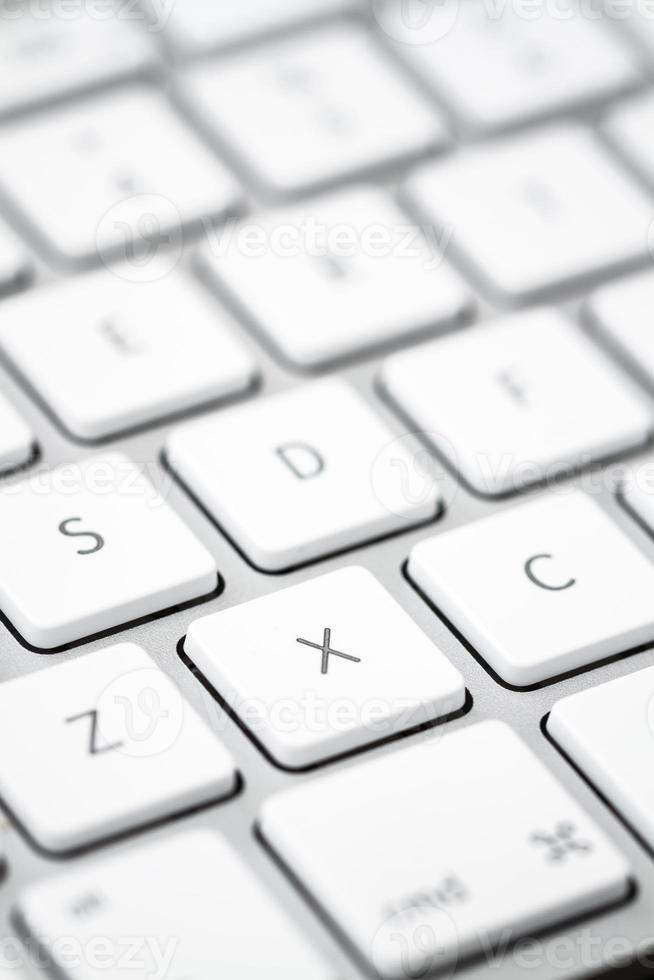Nahaufnahme einer modernen weißen, grauen Computertastatur foto