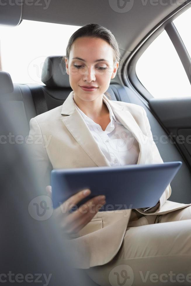hübsche Geschäftsfrau mit ihrem Tablet-PC foto