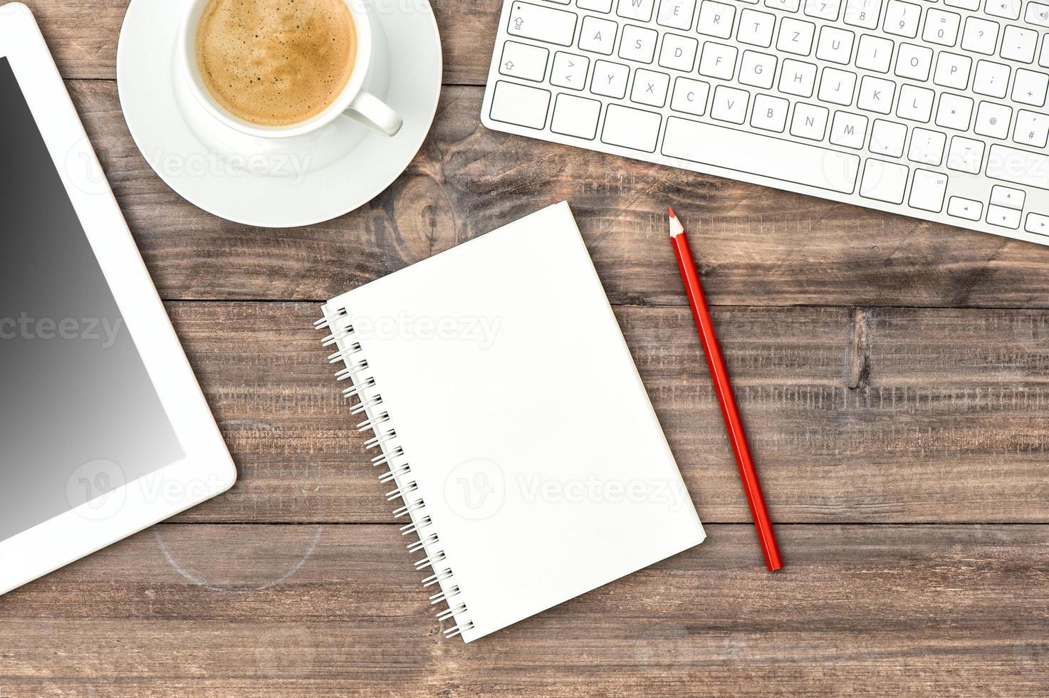 digitaler Tablet-PC, Tastatur und Tasse Kaffee. Heimbüro foto
