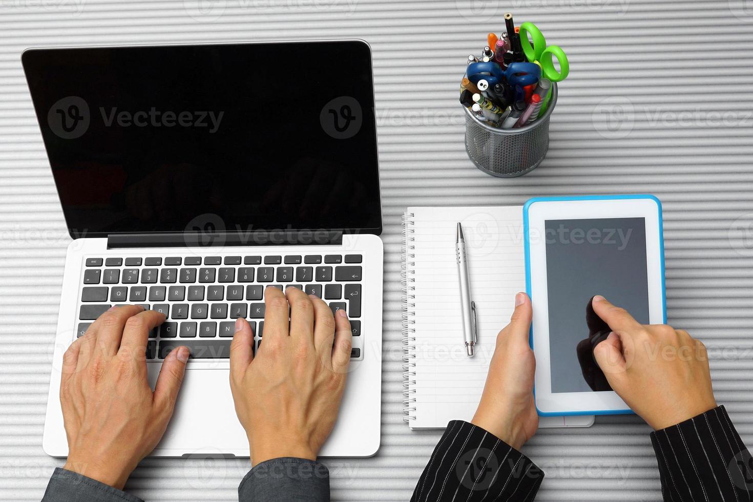 Draufsicht von Mann und Frau mit Laptop und Tablet foto