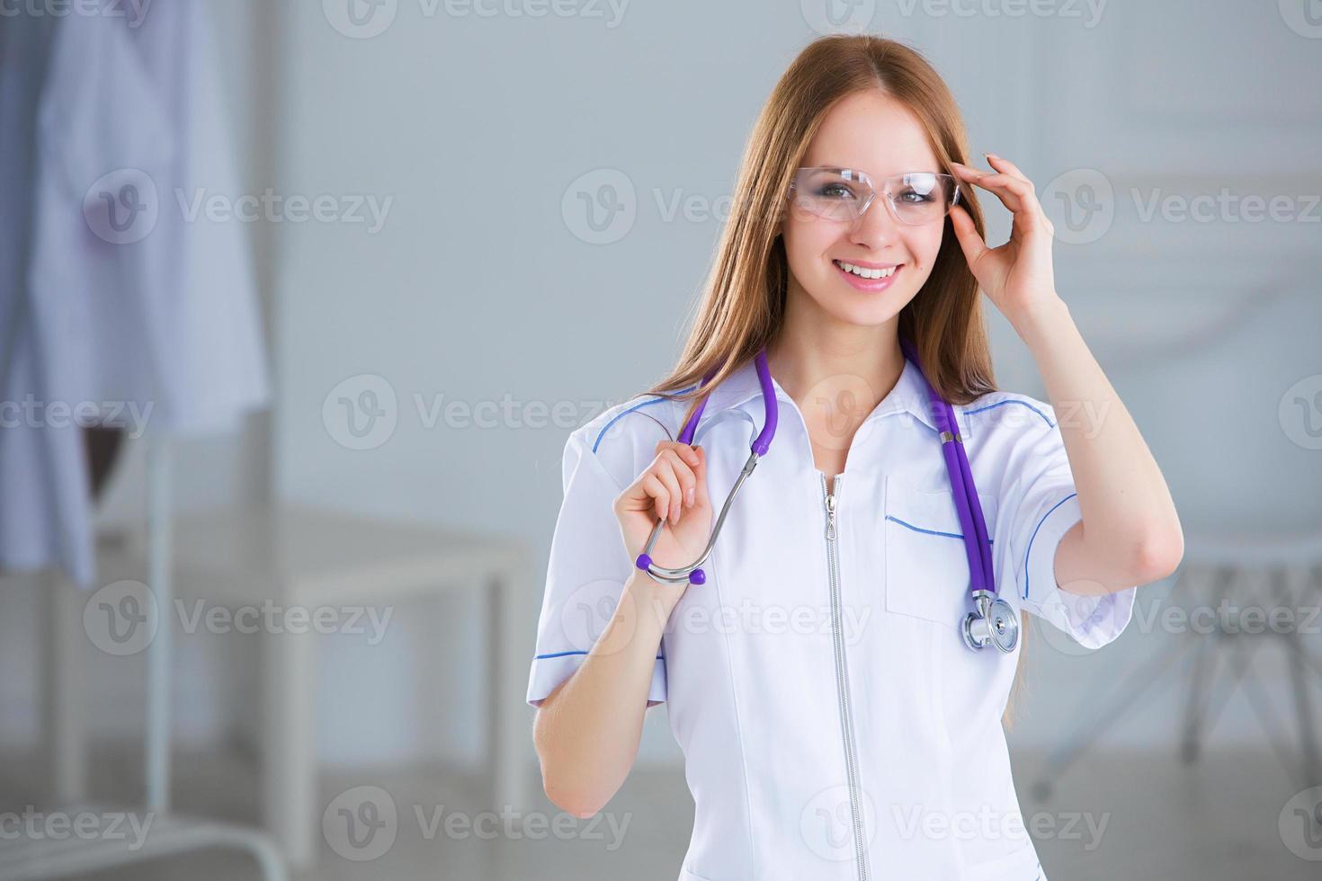 lächelnde Hausarztfrau mit Stethoskop. Gesundheitsvorsorge. foto