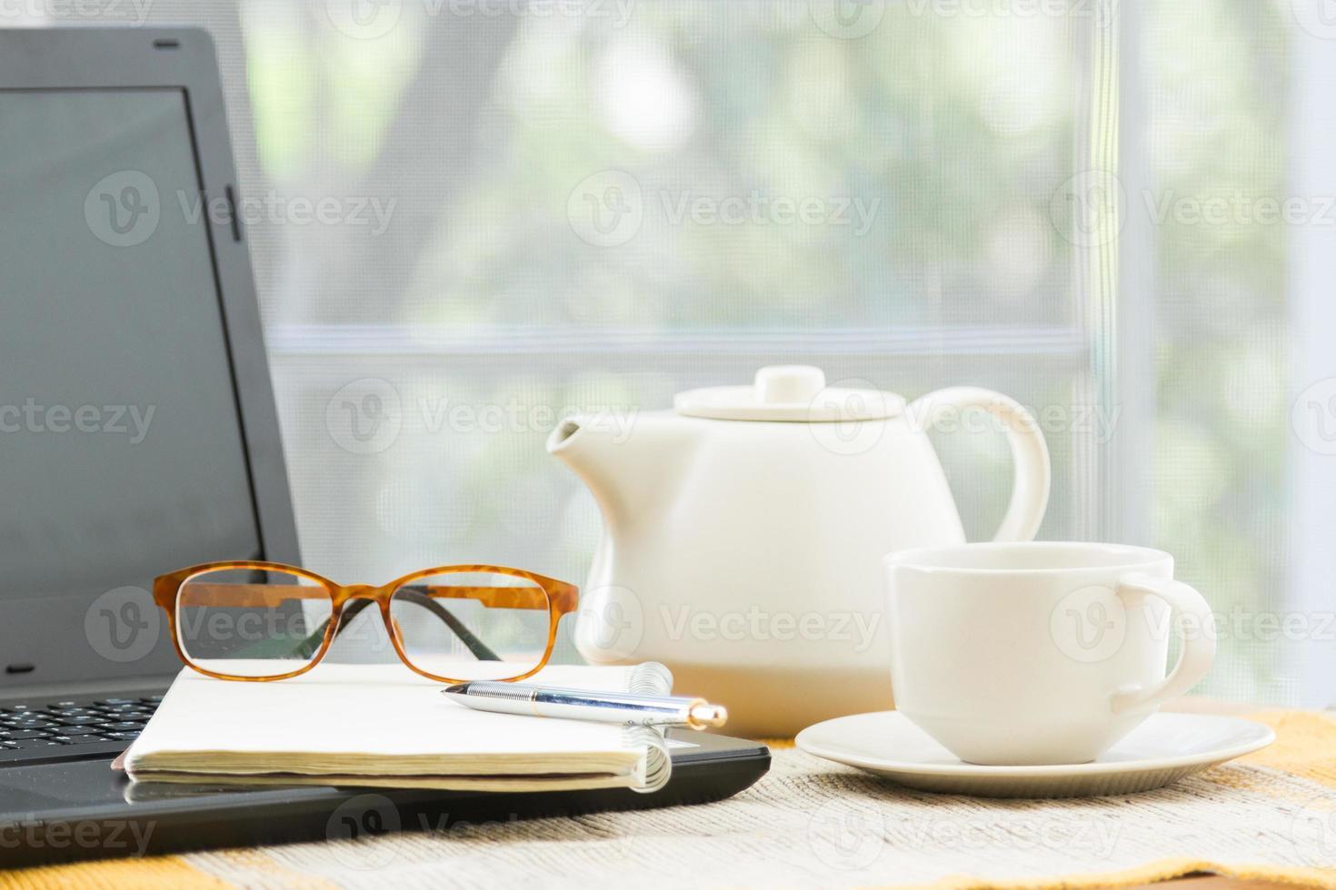 Holztisch mit Büromaterial foto
