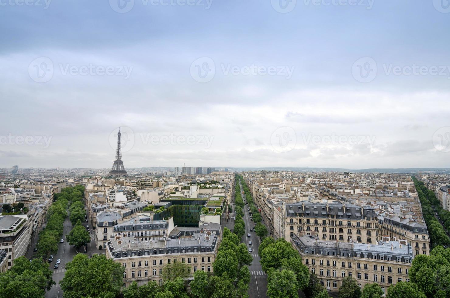 Blick auf die Skyline von Paris vom Arc de Triomphe in Paris foto