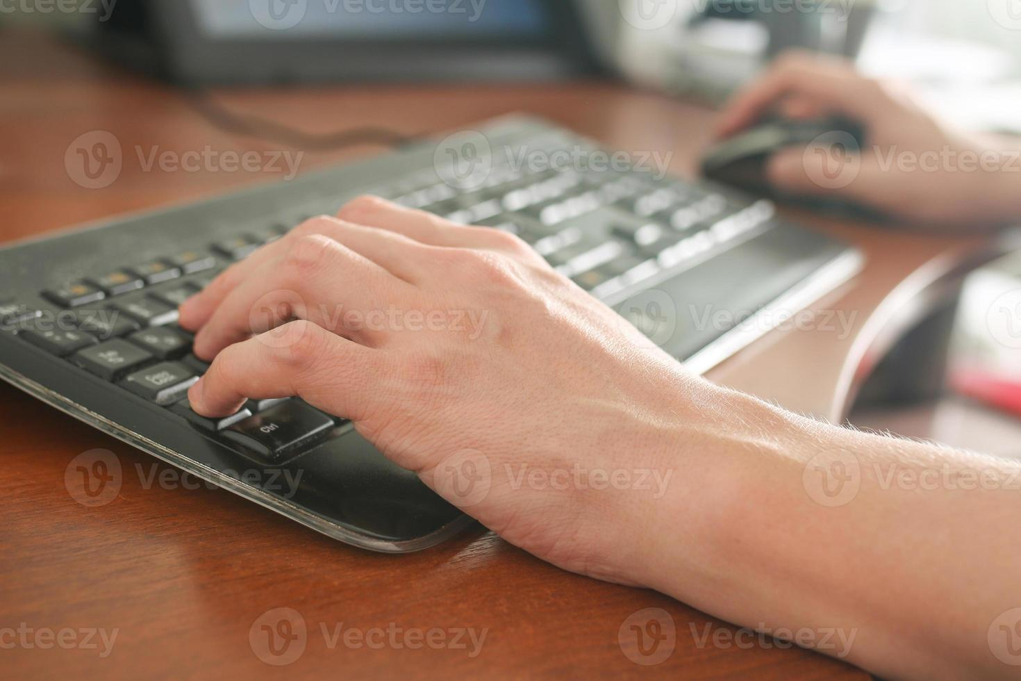 Bild der Hände des Mannes tippen. selektiver Fokus foto