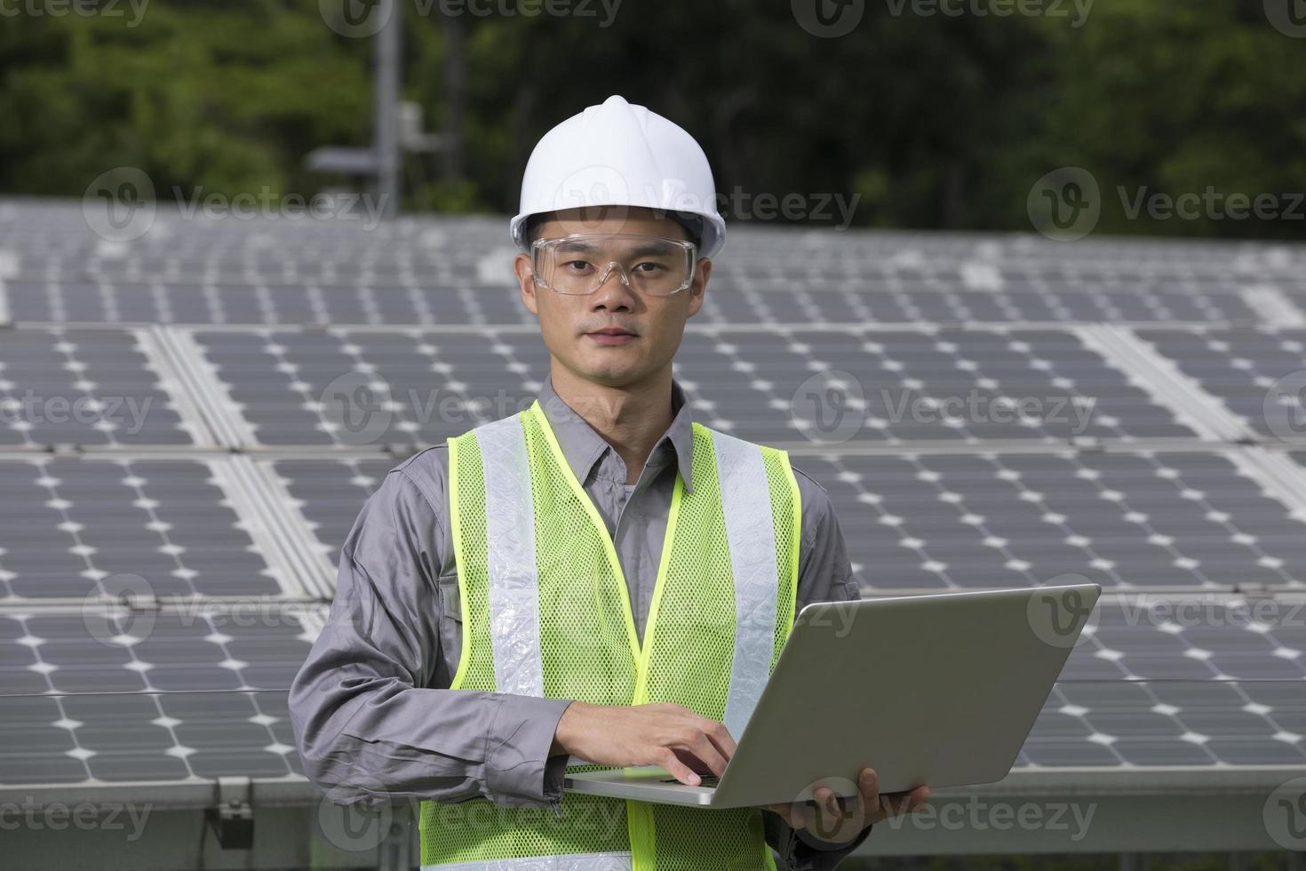 asiatische Ingenieure überprüfen die Einrichtung des Solarmoduls foto