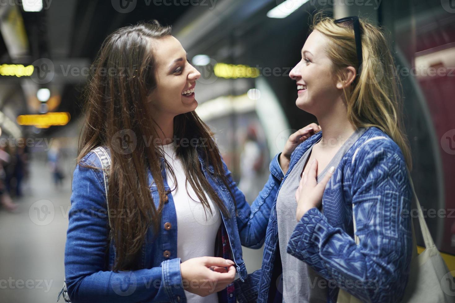Treffen mit alten Freunden auf dem U-Bahn-Platz foto