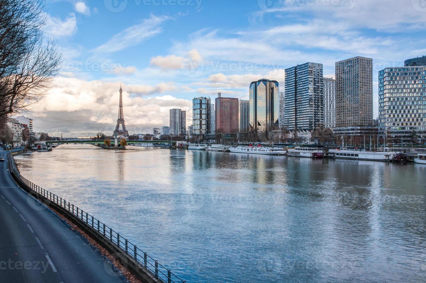 Paris Skyline in der Abenddämmerung foto
