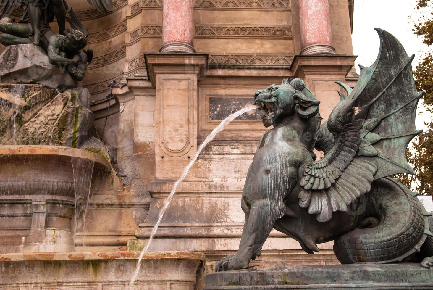 der brunnen des heiligen michel in paris foto