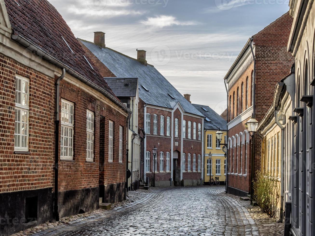 Häuser auf gepflasterten Straßen in Ribe, Dänemark foto
