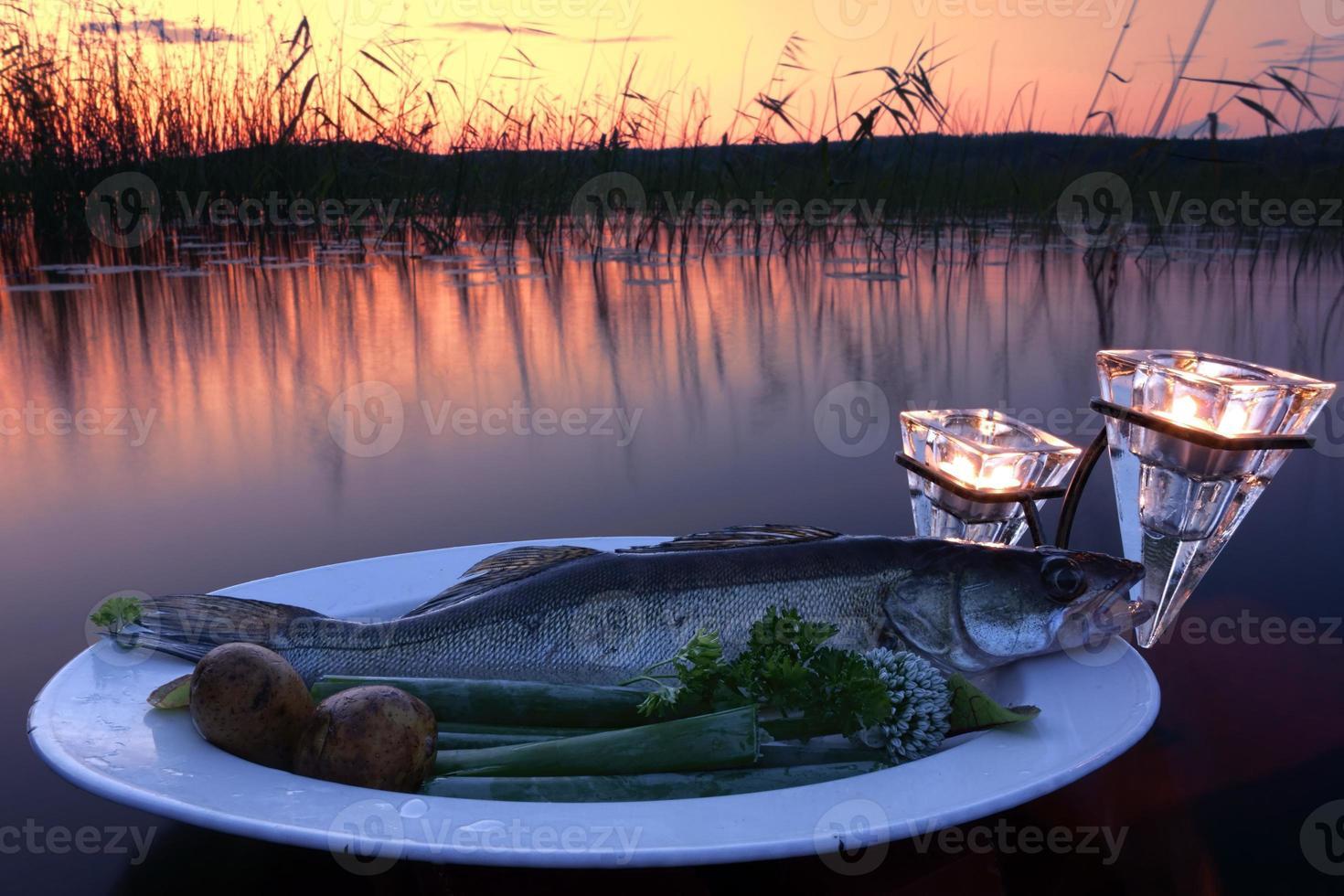 Fische fangen auf einem Teller über Wasser am See foto
