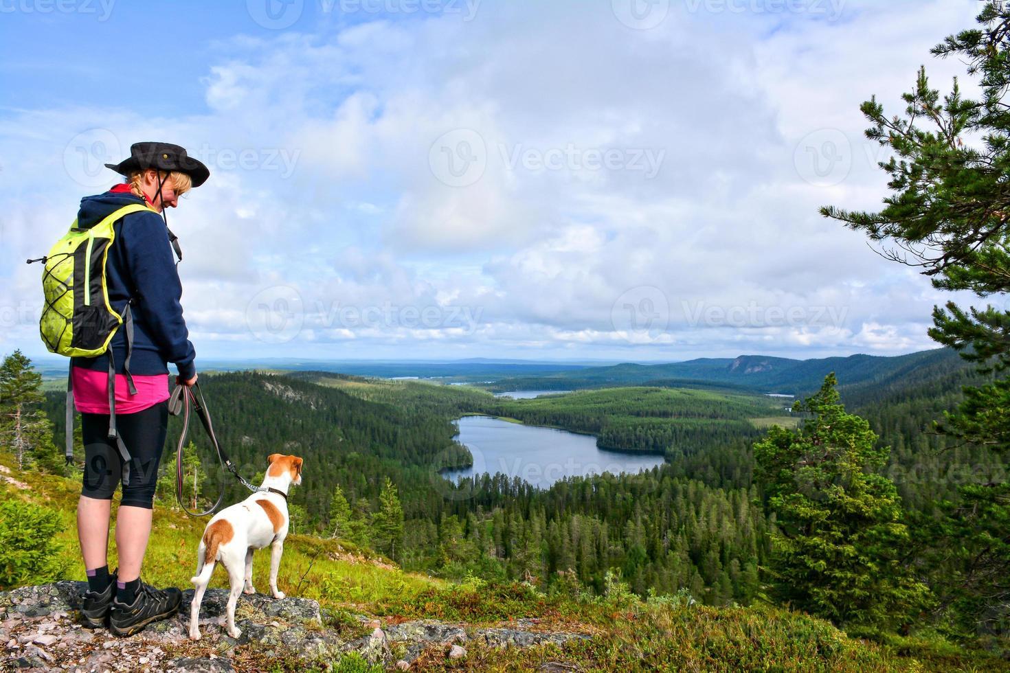 Frau, die mit Hund wandert foto
