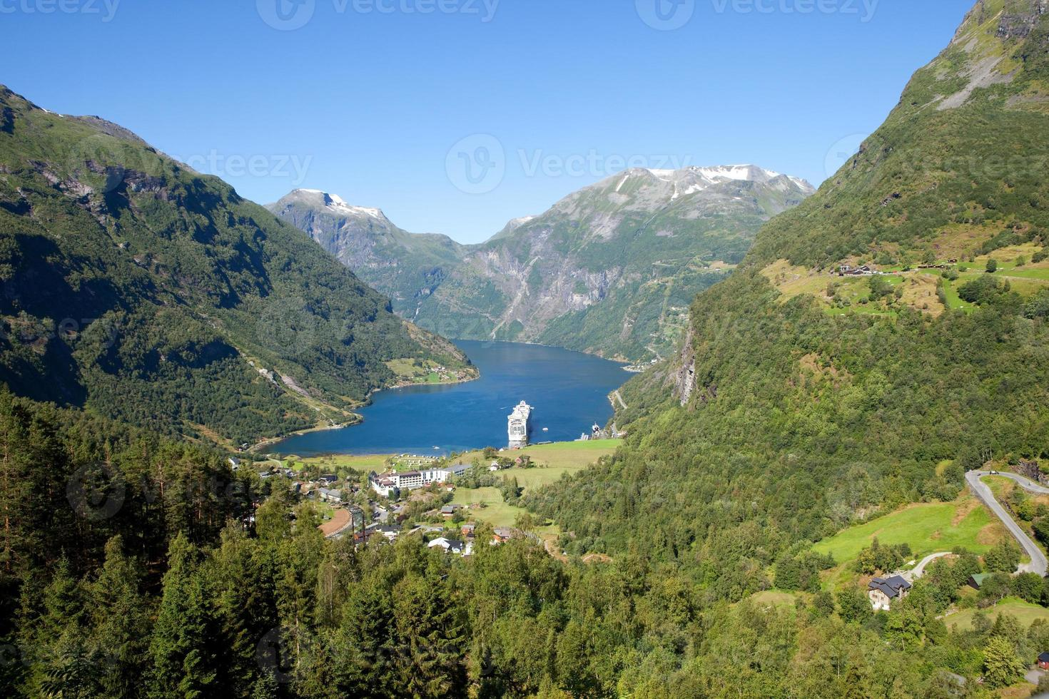Geirangerfjord in Norwegen mit Kreuzfahrtschiff foto
