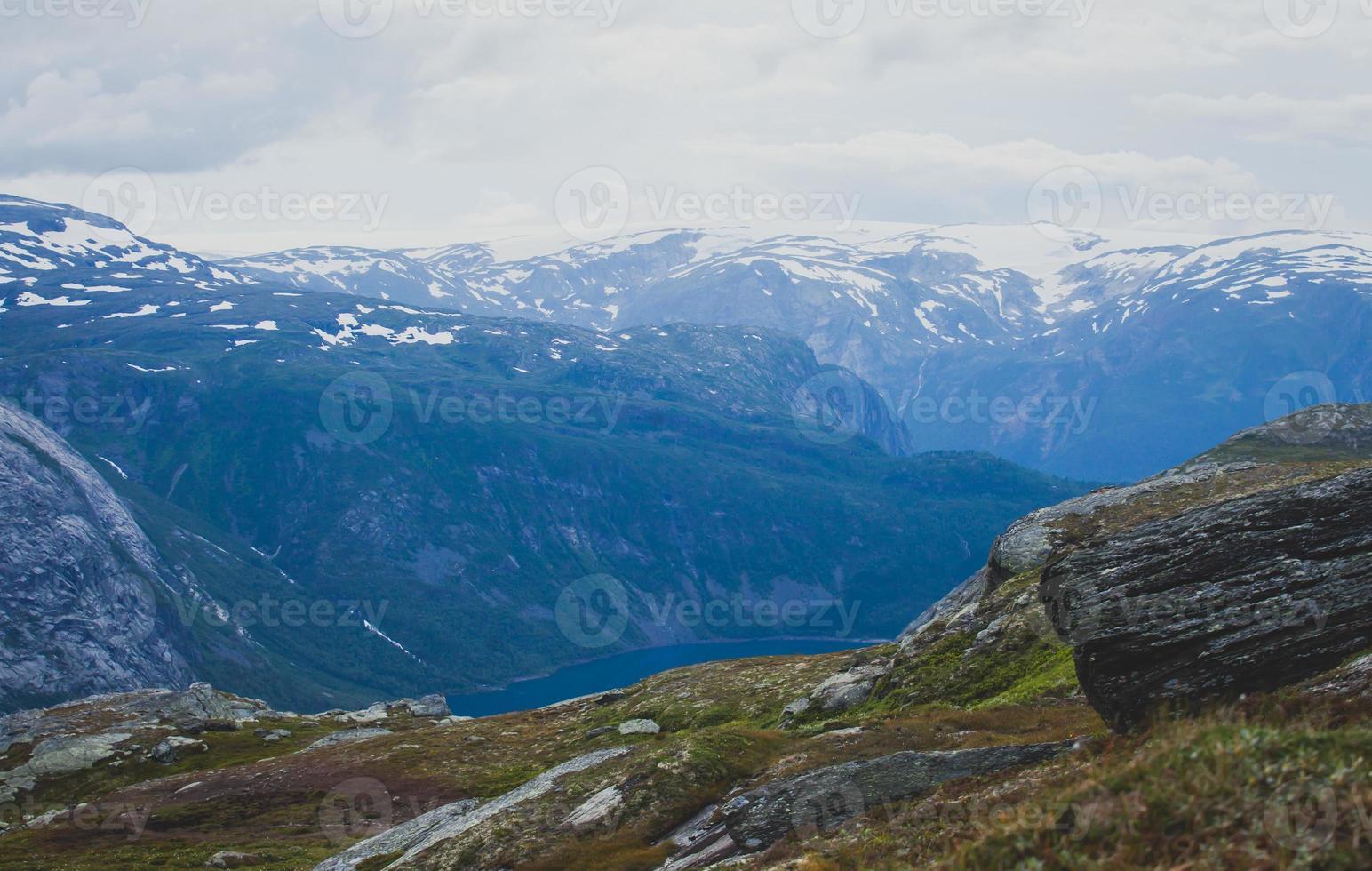 schöne norwegische Sommerpanorama-Berglandschaft nahe Trolltunga, Norwegen foto