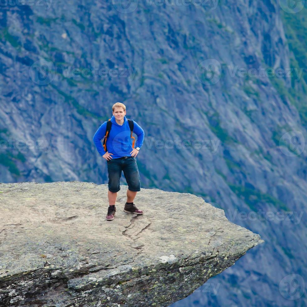 berühmter norwegischer Felsenwanderort - Trolltunga, Trollzunge, Norwegen foto