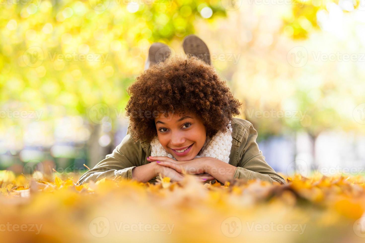Herbst-Außenporträt einer jungen Afroamerikanerfrau foto