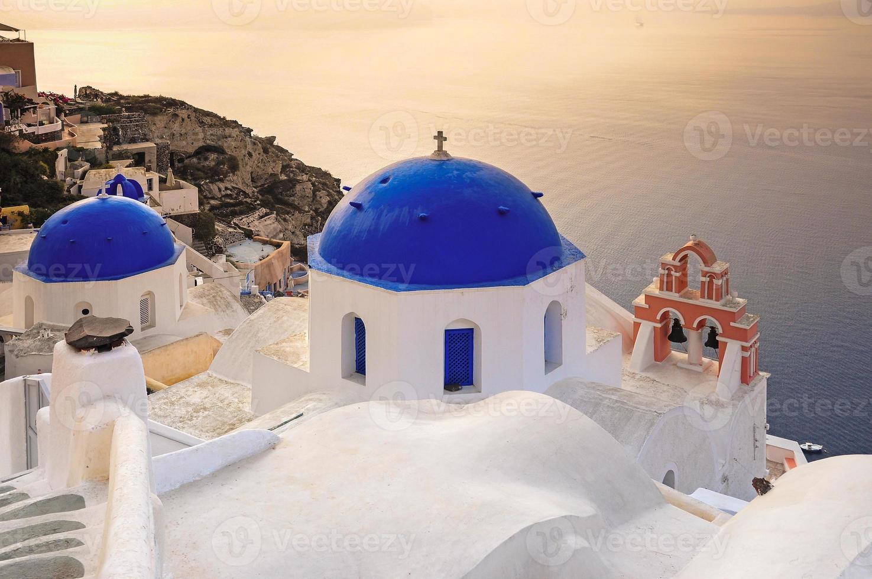 Kuppeln mit der Caldera in Santorini foto