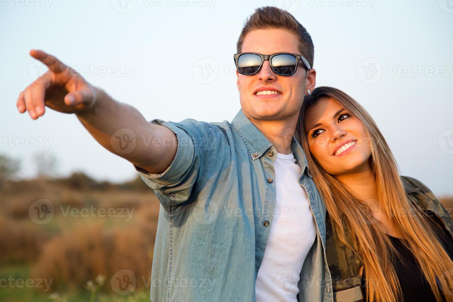 Porträt des glücklichen jungen Paares im Feld. foto