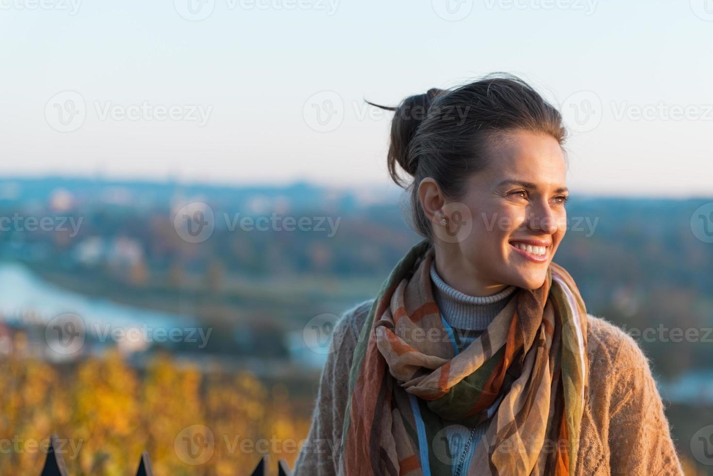 Porträt der glücklichen jungen Frau im Herbst im Freien foto