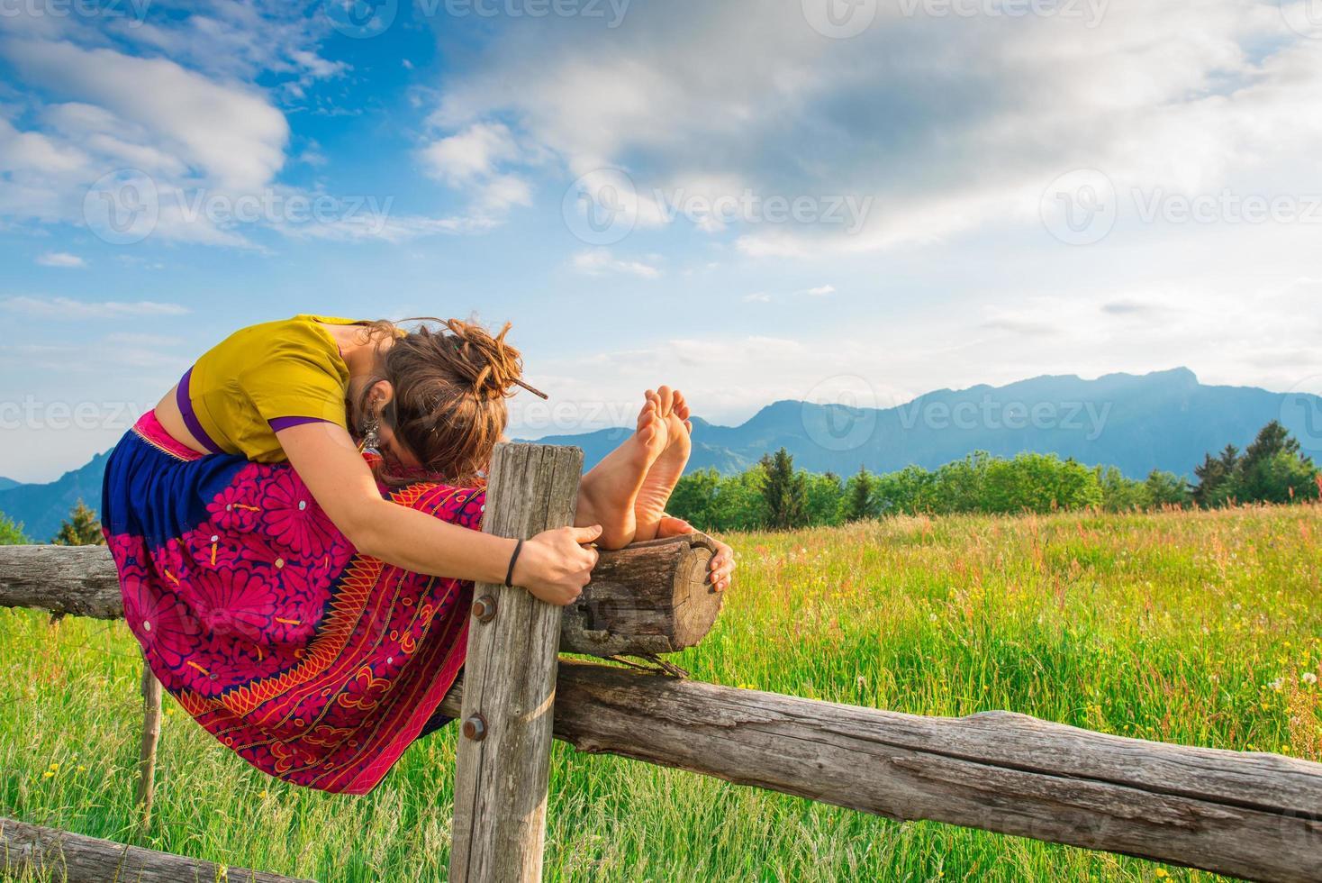 lässiges Mädchen entspannt sich beim Dehnen und Yoga foto