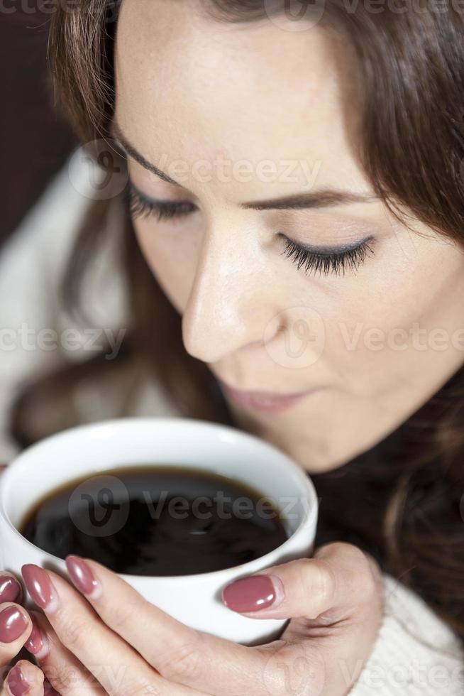 Frau genießt frischen Kaffee foto