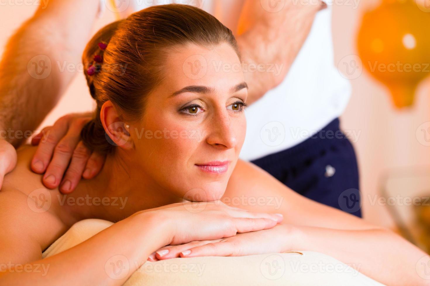 Frau genießt Wellness Rückenmassage foto