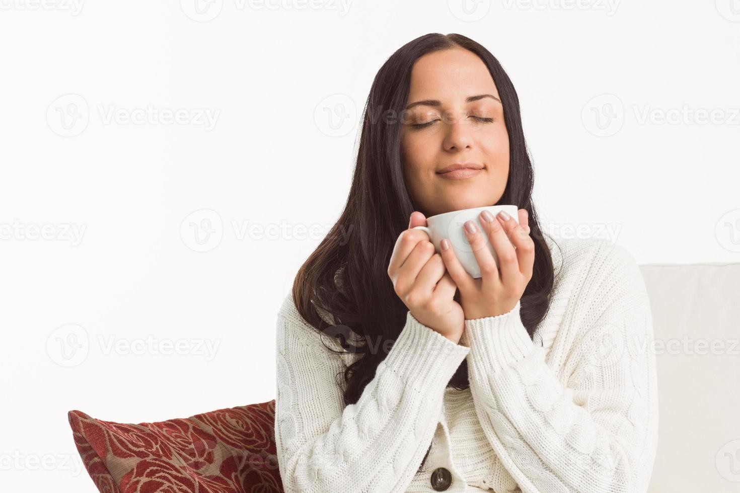 Frau genießt einen schönen Drink foto