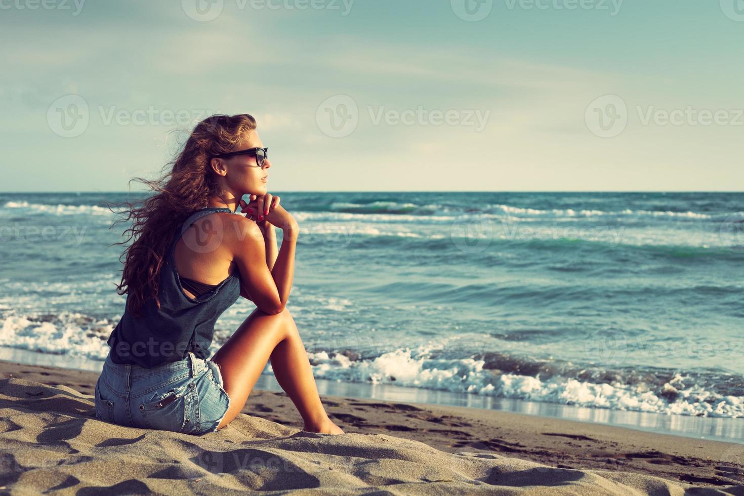 Genießen Sie bei Sonnenuntergang am Meer foto